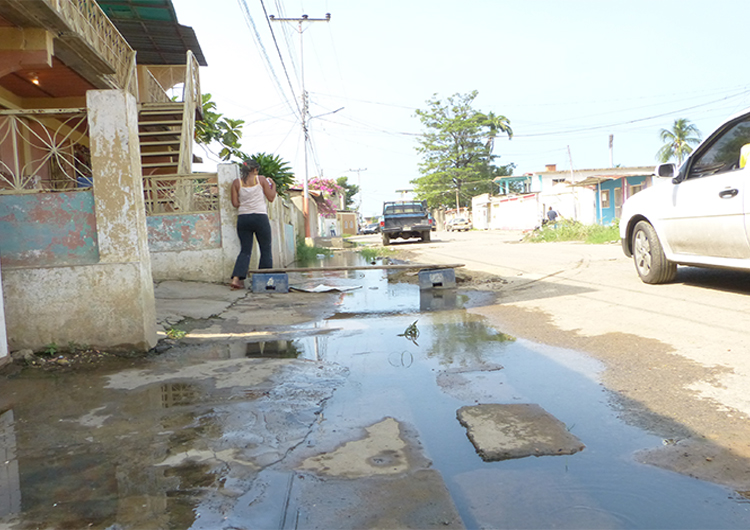 Calle Democracia de Guamachito «es un pozo de cloacas»