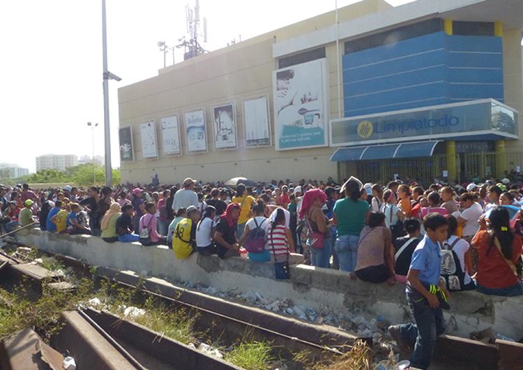 Entrada de Limpiatodo en Lechería se convirtió en un río de gente ante la llegada de pañales