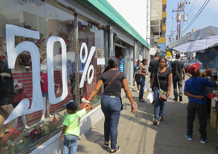 Comerciantes acuden a las ofertas para atraer mayor clientela