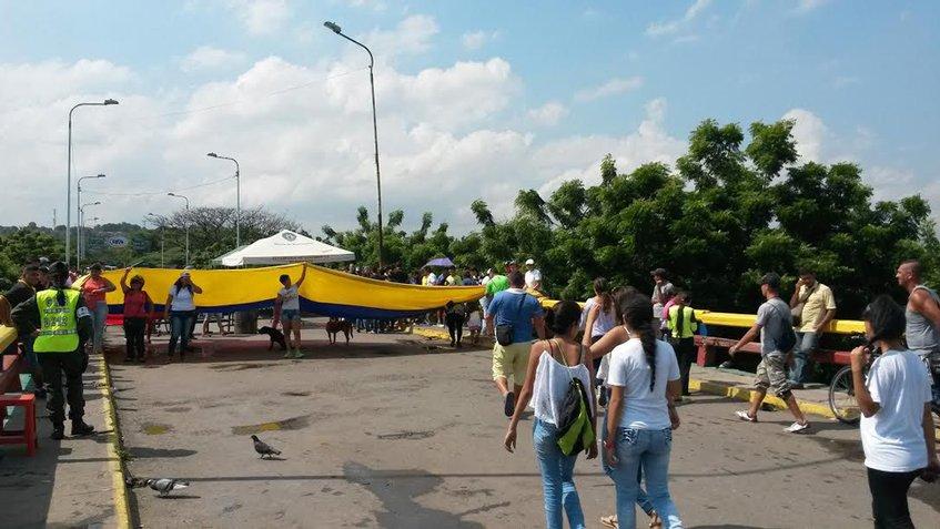 Rompen cerco de seguridad para cruzar a Cúcuta