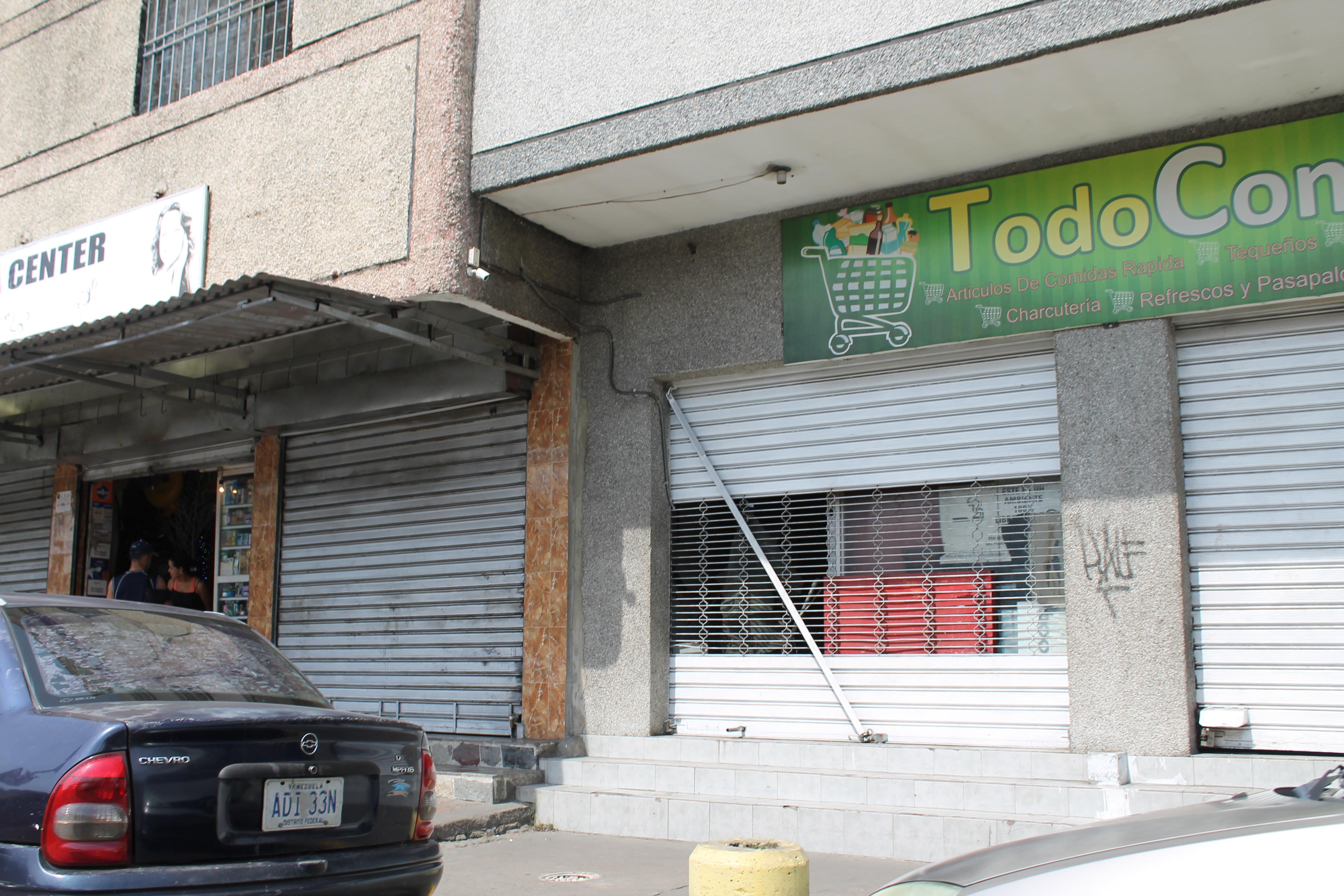 Comercios abrieron con  santamarías a la mitad