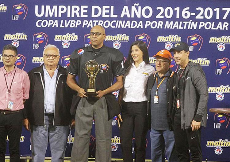 José Navas fue reconocido como el Umpire del Año