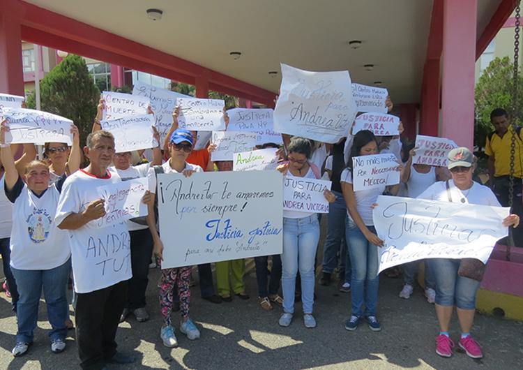 Familiares de menor fallecida en el centro médico Zambrano manifestaron para pedir justicia