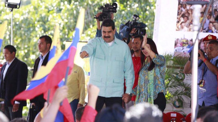 Maduro entregó títulos a educadores