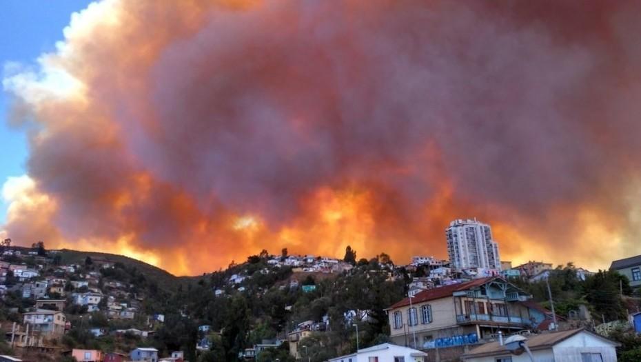 120 viviendas quemadas, 19 heridos y 400 evacuados por el incendio en Valparaíso