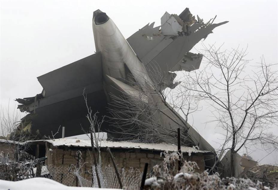 Alrededor de 37 muertos en Kirguizistán al caer un avión de carga  sobre unas viviendas
