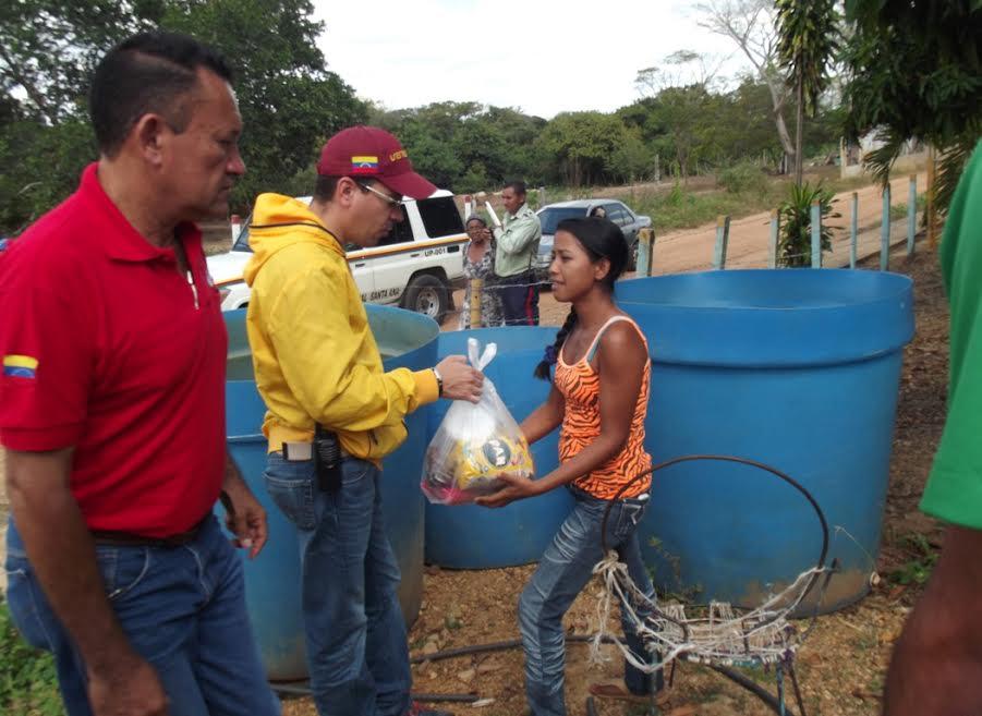 Donaron bolsas  de comida y bultos escolares a familias