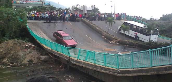 Activan plan de contingencia tras colapso de puente en Vargas