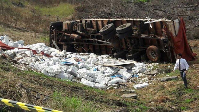 Camión que trasladaba billetes venezolanos en Paraguay volcó