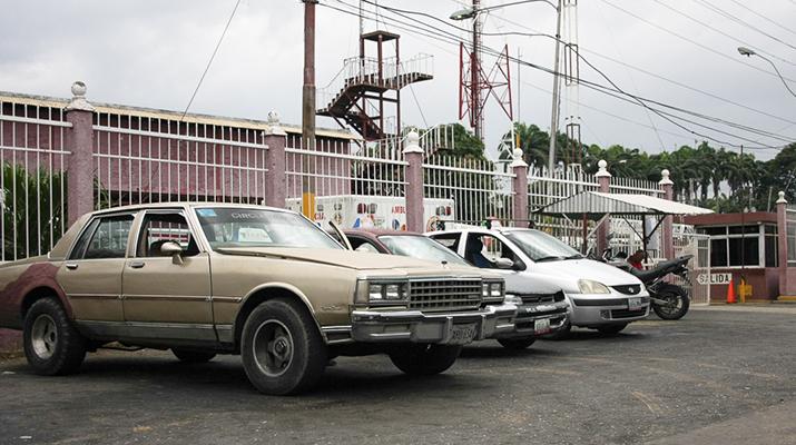 Usuarios esperan puntos de venta para taxistas