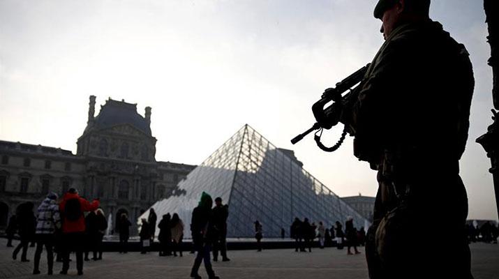 Hombre con machete atacó a un militar  en museo del Louvre
