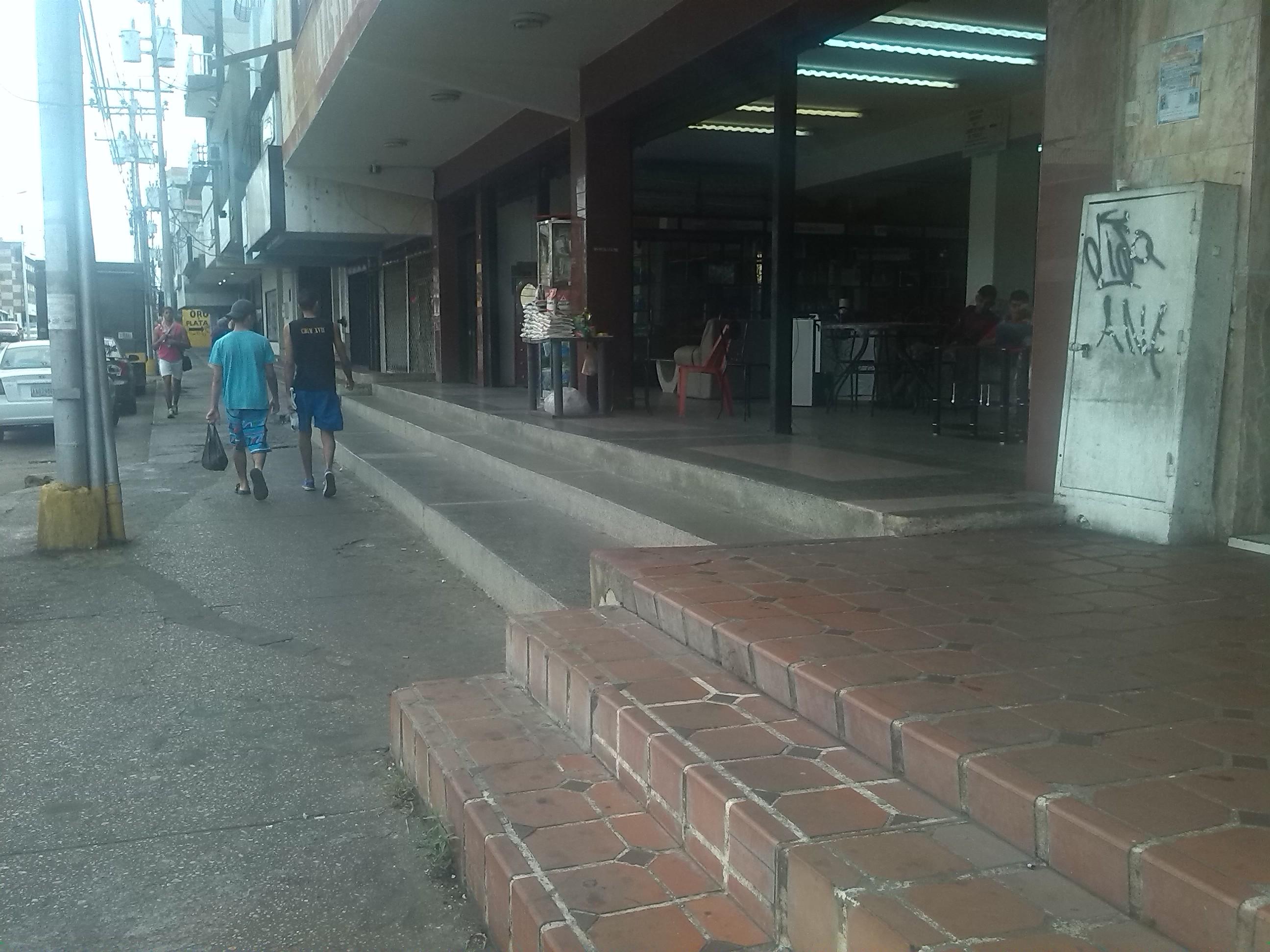Sector comercial  laboró en un 80 %  en El Tigre