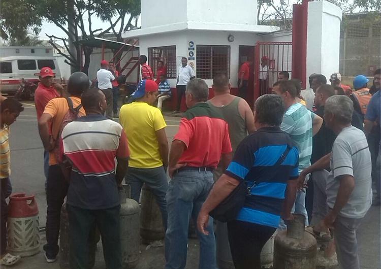 Usuarios protestan en la zona industrial por la venta de gas