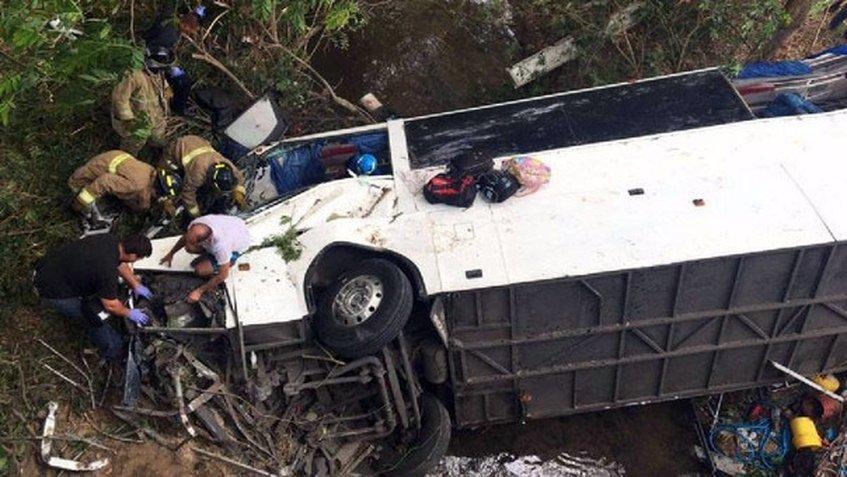 Autobús que cayó de un puente dejó un saldo de 15 muertos y 50 heridos