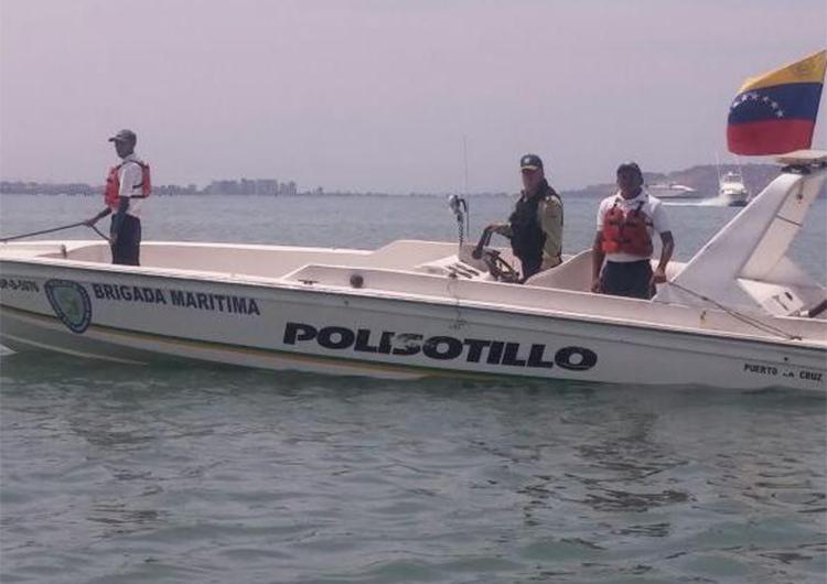 Rescatan a ocho personas de embarcación