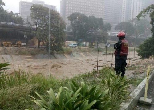 PC y bomberos monitorean aumento de niveles del Río Guaire por lluvias