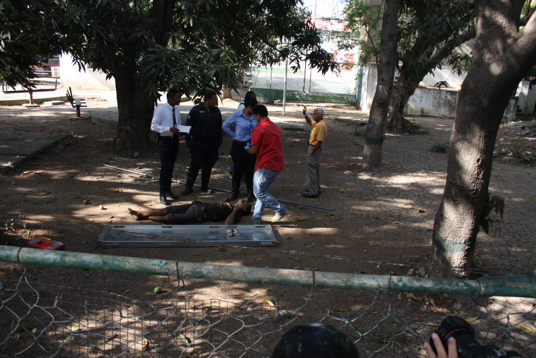 Dos personas murieron tras electrocutarse bajando mangos