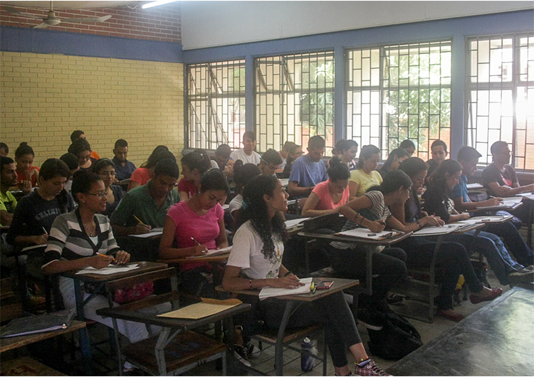 Campo laboral está reducido para jóvenes recién graduados