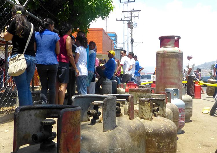 Largas filas por compra de gas continúan en Anzoátegui