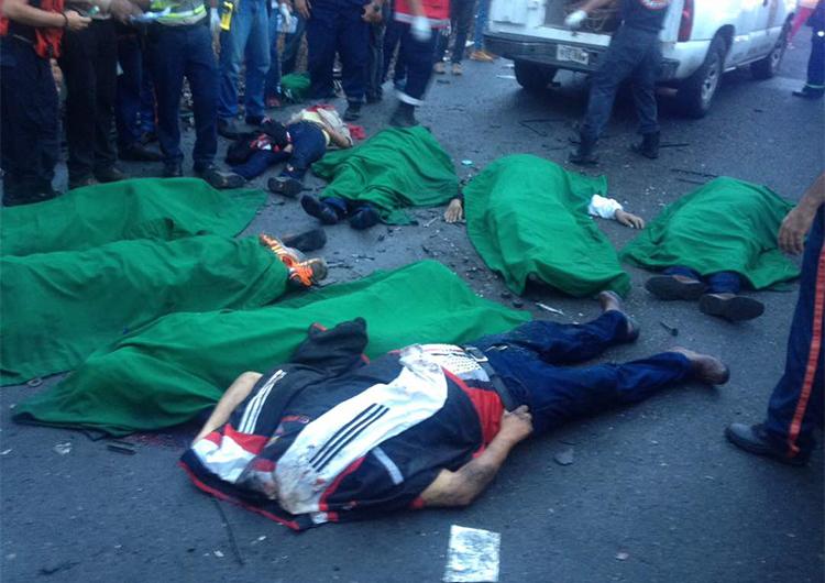 13 muertos y más de 37 heridos dejó colisión de bus