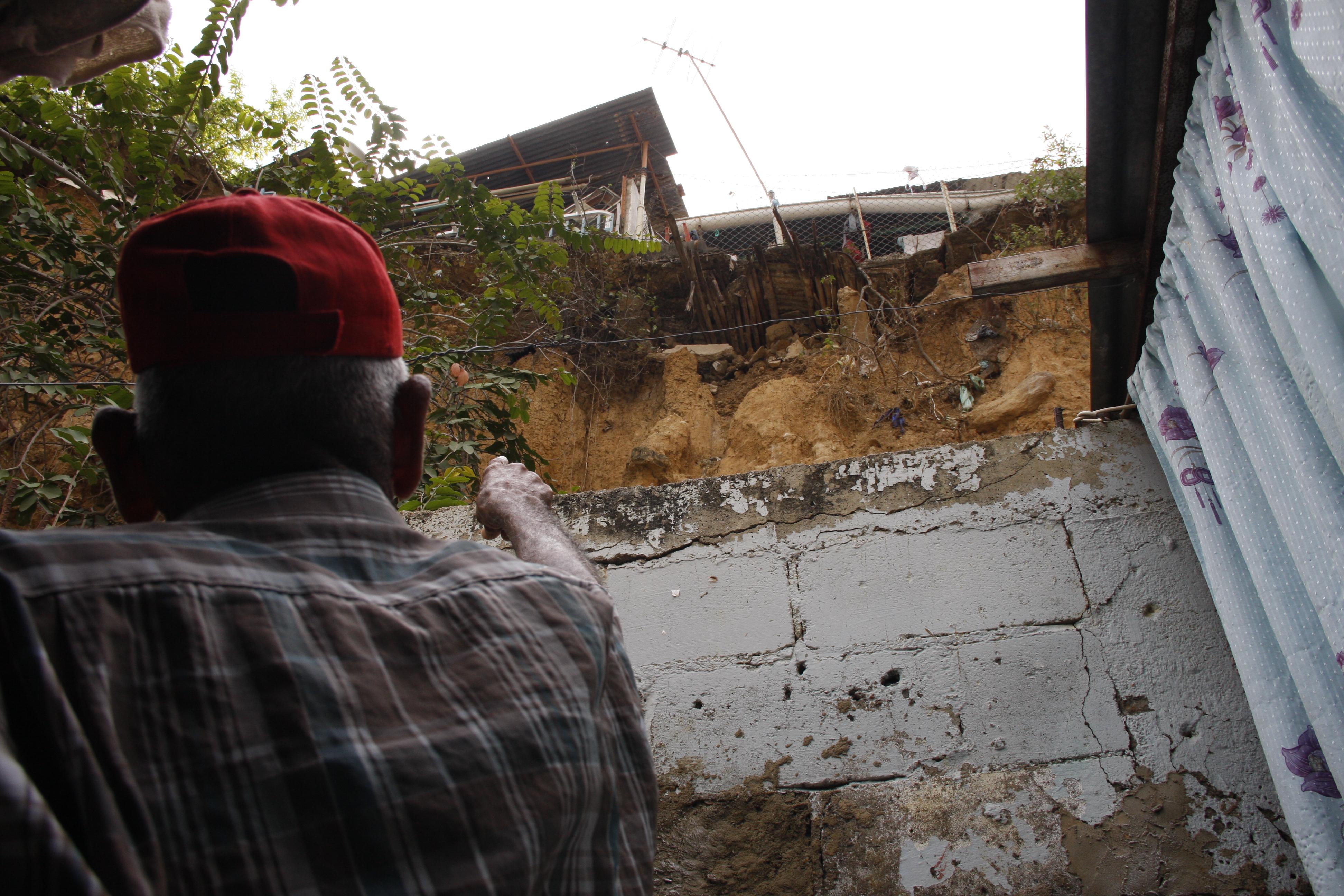 Vecinos de calle Las Flores temen derrumbes