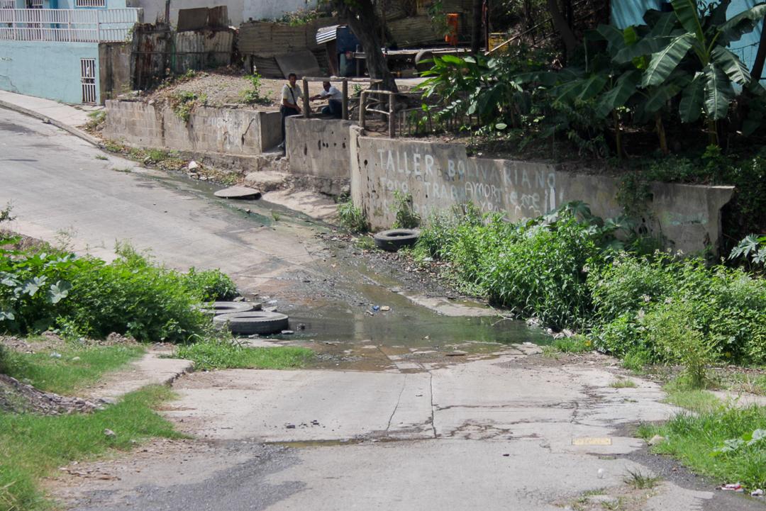En la calle La Cruz se quejan del bote de aguas negras