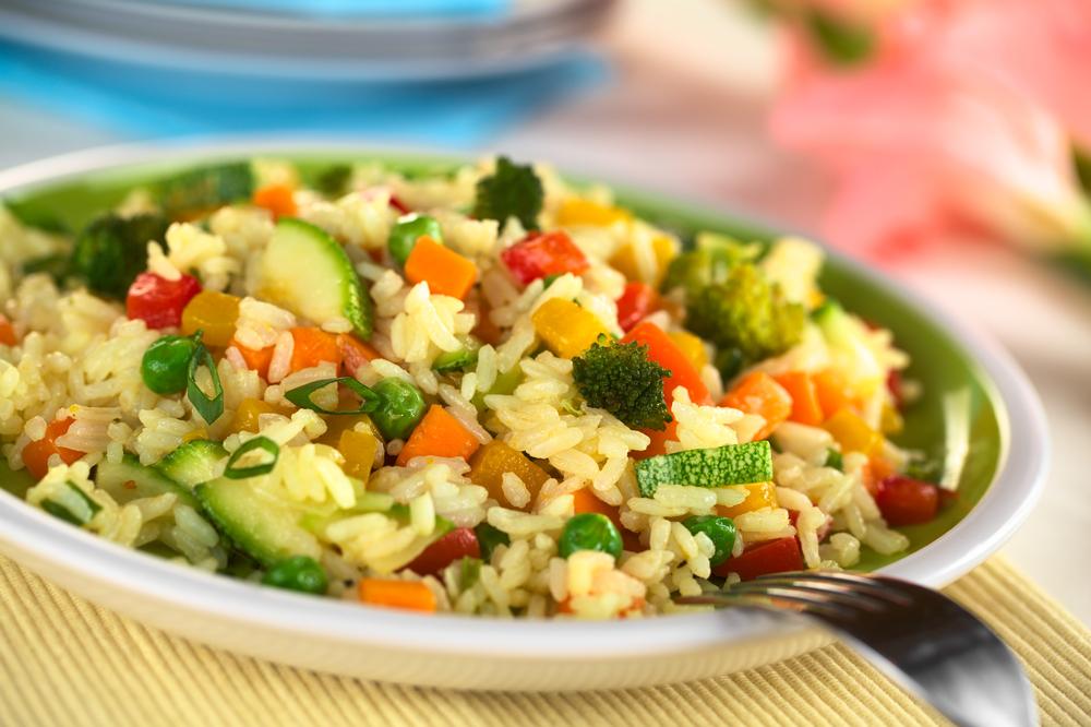 Aprende a cocinar un suculento arroz con verduras y pollo