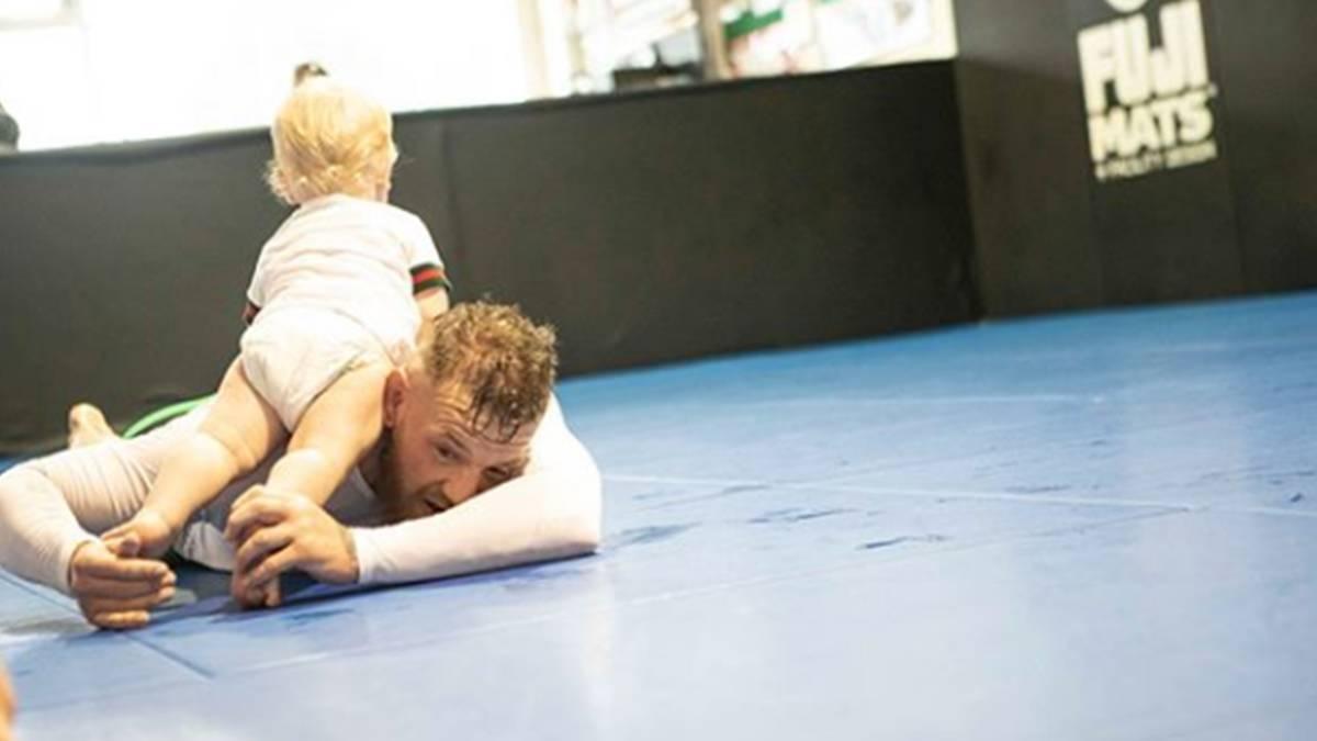 Conor McGregor entrena junto a su hijo