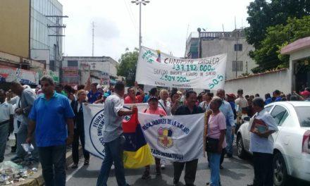 Médicos y enfermeros marcharon hasta la Gobernación