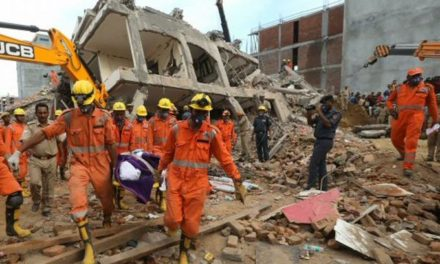 Cinco muertos dejó derrumbe de dos edificios en la India
