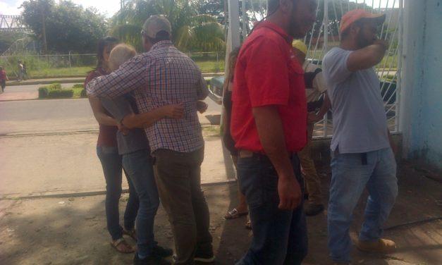Conductor muere al impactar vehículo contra un camión cargado de cochinos