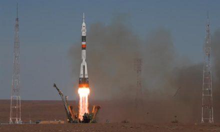 Astronautas aterrizaron vivos en Kazajistán tras fallar nave espacial Soyuz