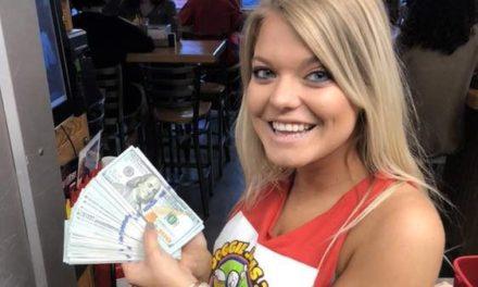 Pide dos vasos de agua en un restaurante y deja una propina de 10.000 dólares