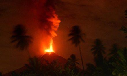Entró en erupción el volcán Soputan tras el tsunami en Indonesia
