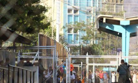 Reportaron motín en Puente Ayala