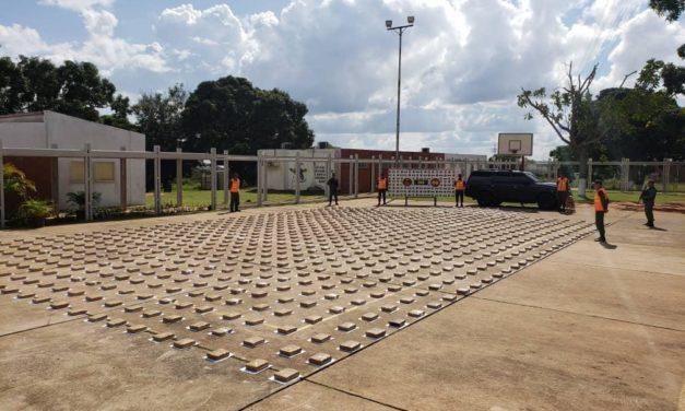 Militar y civil fueron detenidos transportando 901 panelas de drogas
