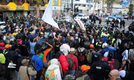 Centenares de migrantes rompen cerco policial mexicano para llegar a EE.UU.