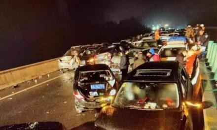 Choque masivo de al menos 100 vehículos en China dejan 2 muertos y 50 heridos