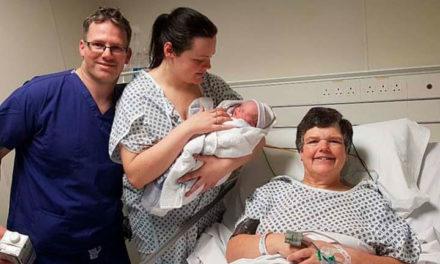 Mujer de 55 años dio a luz a su nieto porque su hija no tiene útero