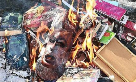 """Sacerdotes polacos queman libros de Harry Potter por """"respeto de Dios"""""""