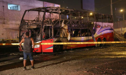 Al menos 17 muertos durante incendio de un bus en Perú