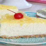 Cheesecake de piña y cerezas