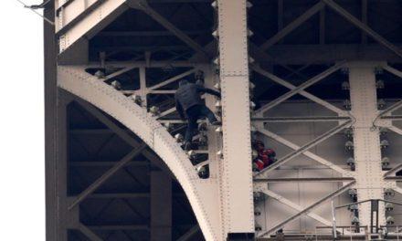 Evacuaron la Torre Eiffel por un hombre que escalaba el monumento