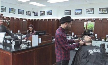 Peluquero hace de psiquiatra de clientes  para evitar que se suiciden