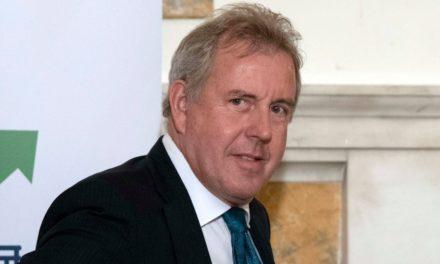"""Renuncia embajador británico en EE.UU. después de llamar """"inepta"""" a la administración Trump"""