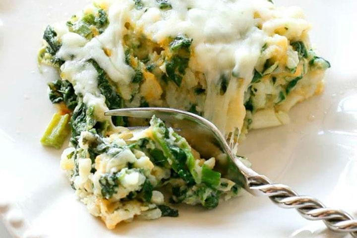 Sorprende a tu familia con este arroz al horno con espinacas y queso parmesano