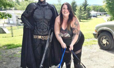 Un hombre disfrazado de Batman rescata a perros de eutanasia
