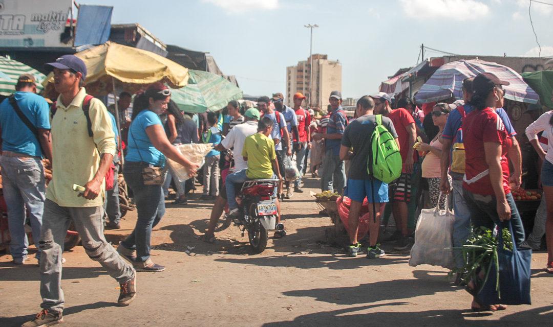 Adyacencias del mercado municipal permanecen sucias por revendedores y las lluvias