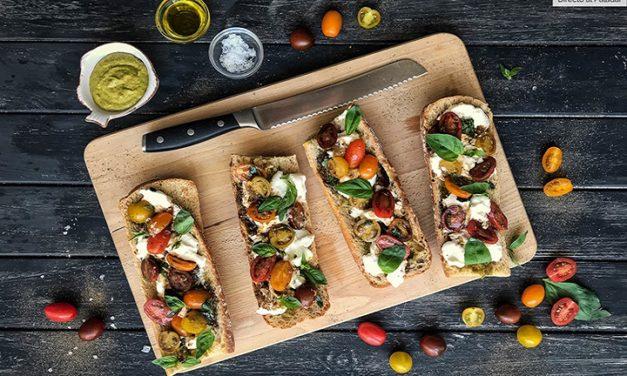 Prepara unos ricos crostinis de pesto, burrata y tomates al balsámico