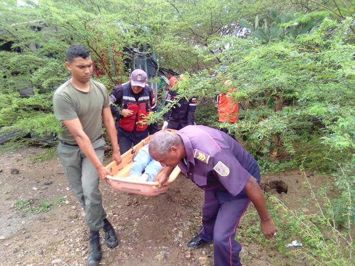 Cuatro muertos y 34 heridos dejó vuelco de autobús en la vía entre Boca de Uchire-Clarines